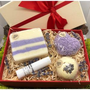 Geschenkbox Lavendel klein - verschiedene handgemachte Naturkosmetikartikel aus natürlichen Rohstoffen mit Lavendelduft