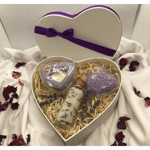 Herz-Geschenkbox Lavendel - verschiedene handgemachte Naturkosmetikartikel aus natürlichen Rohstoffen mit Lavendelduft