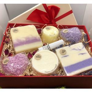 Geschenkbox Rose/Lavendel groß - verschiedene handgemachte Naturkosmetikartikel aus natürlichen Rohstoffen mit Rosen- und Lavendelduft