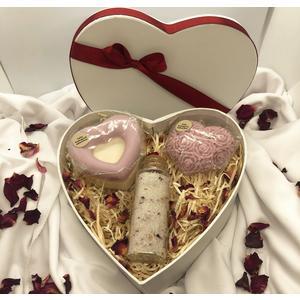 Herz-Geschenkbox Rose - verschiedene handgemachte Naturkosmetikartikel aus natürlichen Rohstoffen mit Rosenduft