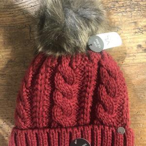 Mütze mit Kunstpelzbommel rot