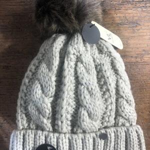 Mütze mit Kunstpelzbommel creme