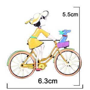 """Brosche """"Mädchen aam Fahrrad"""" Hand Made, Emaille, gelb"""